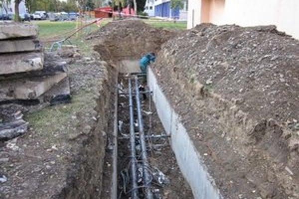 Rozvody tepla. Za prenájom ich časti platí Humenská energetická spoločnosť mestu.