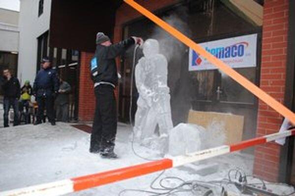Kus ľadu. Menil sa na sochu.