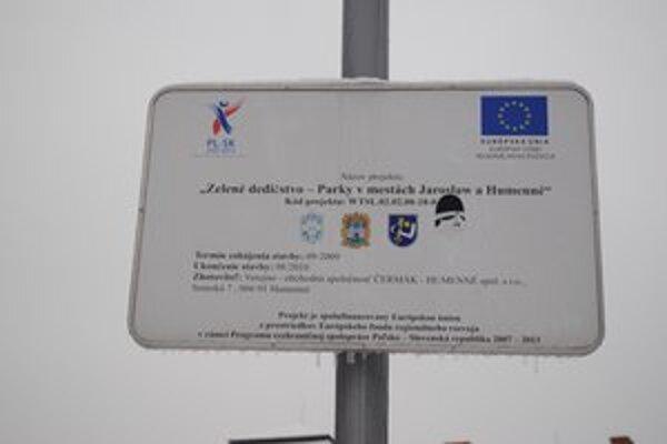 S mestom Jaroslaw. O spoločnom projekte informuje tabuľa v parku pri kaštieli.