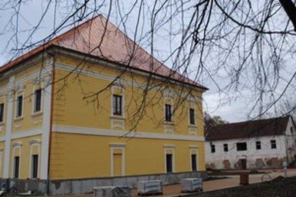 """""""Malý kaštieľ"""". Stojí za historickým kaštieľom v Snine, ktorý mesto obnovuje z eurofondov."""