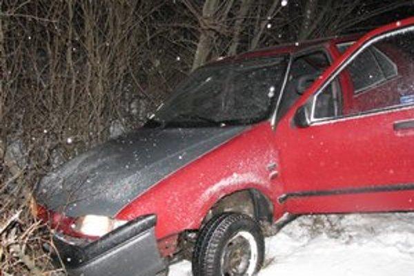 Auto po naháňačke skončilo v priekope.