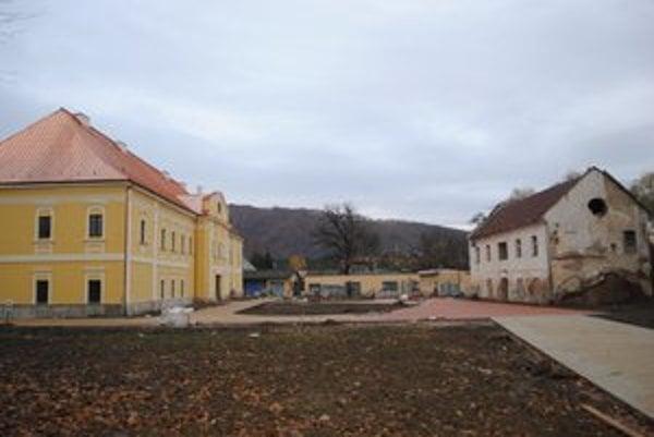 Malý kaštieľ. Poslanci odklepli zámer predaja budovy (na snímke vpravo) aj s pozemkom Jánovi Muchovi.