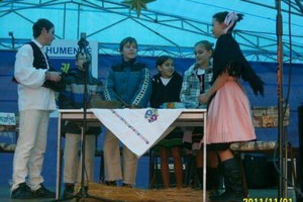 Tradície predkov. Žiaci školy sa so zvykoslovným pásmom predstavili na vianočných trhoch.