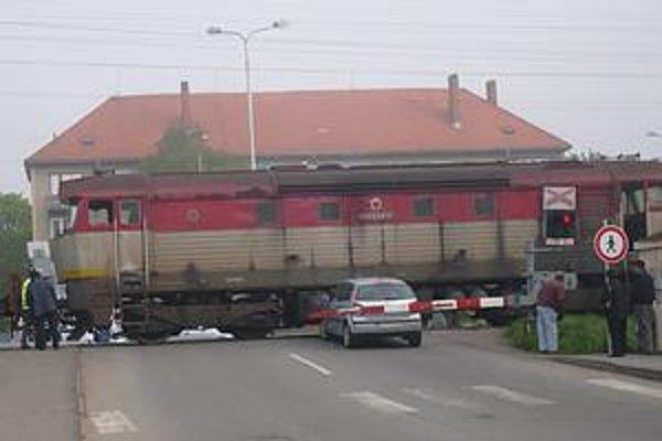 Situácia: Do takejto situácie sa dostala vodička osobného auta pri prejazde cez železničnú trať. Rušňovodič po brzdení vlak zastavil pár metrov od auta.