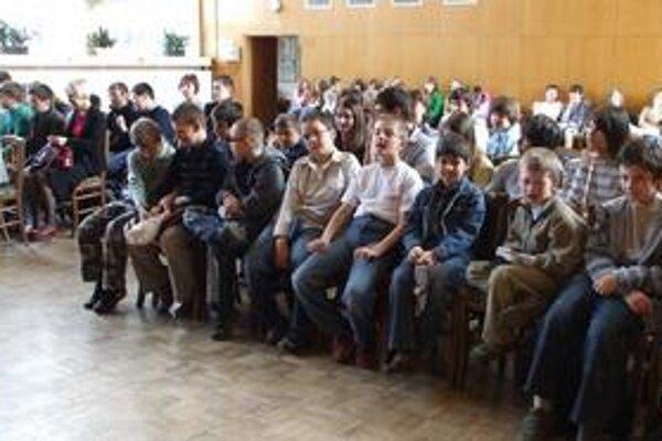 Hlavičky. Ocenení žiaci. Prvý vpravo je piatak Ondrej Sekerák zo ZŠ Hrnčiarska. Bodoval v matematickej, geografickej olympiáde a Pytagoriáde.