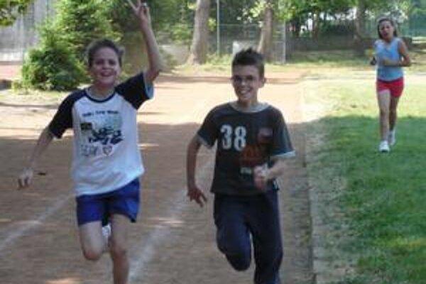 Challenge Day. Humenskí školáci v stredu športovali. Niektorí len tak rekreačne, iní ako títo chlapci zo ZŠ Dargovských hrdinov si zmerali sily v atletike.