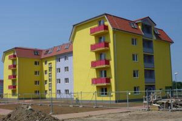 Stavbári by mali byť na tomto bytovom dome hotoví koncom augusta. V septembri by si mali byty vyžrebovať nájomníci.