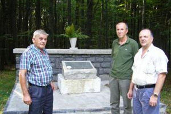 Starajú sa: Okolie hrobov partizánov kosia Kamienčania dvakrát do roka. Okrem nich sa o nich starajú zamestnanci Vojenských lesov a majetkov. Na snímke starosta Benjamín Bláha (druhý zľava) a dobrovoľníci z Kamienky.