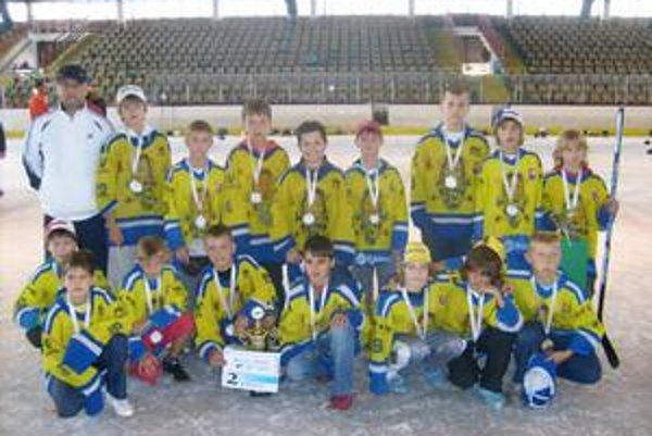 Strieborní. Mladí hokejisti MHK Humenné skončili na turnaji druhí.
