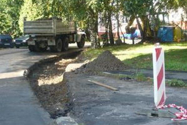 Pôvodné obrubníky museli vybrať tak, aby sa cesta dala vtomto úseku rozšíriť na 5 metrov. Mesto sabude zaoberať aj nádobami na separovaný odpad, ktoré vodičom prekážajú vo výhľade.