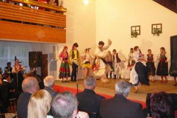 Folklórny súbor Rozmarija z Prešova sa predstavil tanečným pásmom, v ktorom sa mladí tanečníci presunuli od tanca na ľudovky až k hip-hopu.