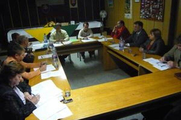 Hlavolam. Kochanovskí poslanci sa na ostatnom rokovaní snažili dať veci na pravú mieru. Jozef Šepeľa (vpravo) je však pripravený obrátiť sa na súd.