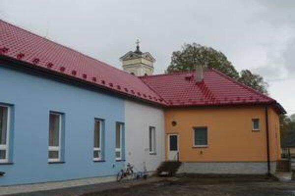 Školská kuchyňa. Kameničania ju majú celú vymenenú takisto vďaka projektovým peniazom. Vynovili aj jej vonkajšok a školskú jedáleň.