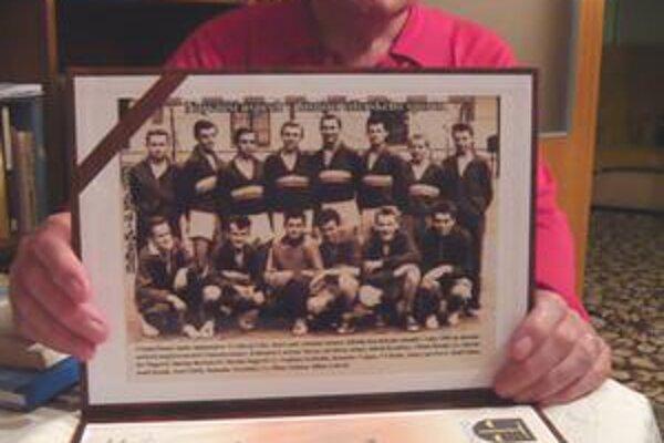 Milan Zelinka hral v mladosti hádzanú za Cífer. Na fotografii po historickom úspechu na Majstrovstvách Československa je druhý zľava v spodnom rade.