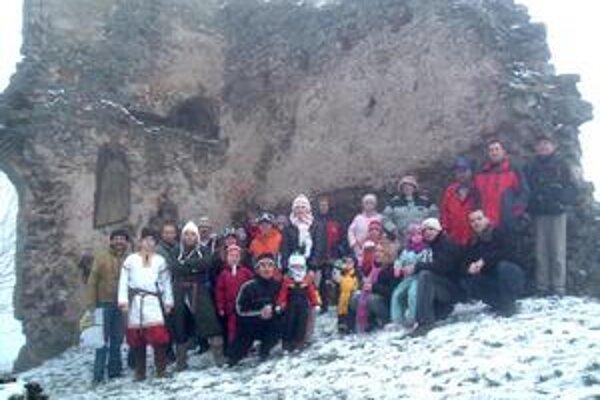 Na hrade. Účastníkom Silvestrovského výstupu na hrad Brekov prialo vo štvrtok počasie. Síce nenasnežilo, ale aspoň nezapršalo.