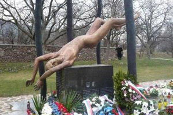 Hejce. Letecké nešťastie, pri ktorom zahynulo 43 slovenských vojakov, bude už navždy späté s maďarskou obcou. Pripomína ho pomník obetí.