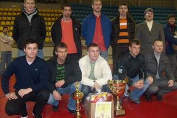 Jevrošt. Víťazi I. ligy futsalu s trofejami.