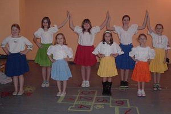 Vinočok. Folkloristky z Brekova pri nácviku tancov. Teraz sú ešte malými tanečníčkami, ale počkajte, keď vyrastú!