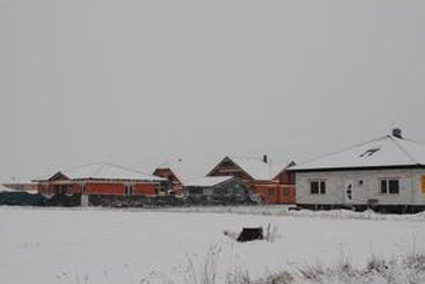 Novostavby. Rodinných domov by malo na bývalých obecných pozemkoch na Kordoškovej vyrásť 45. Každý pozemok je šesťárový.