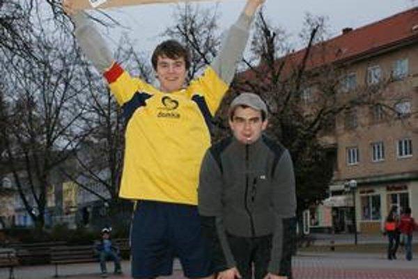Bavilo ich to. Mikuláša Freňáka (vľavo) a Bernarda Marinčáka ste mohli takto stretnúť v uliciach mesta.