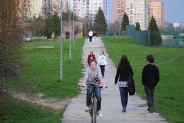 Cyklotrasa na nábreží Laborca. Mirko Višňovec je jeden z mnohých Humenčanov, ktorí každú voľnú chvíľu trávia na bicykli. Túto časť trasy by si prial čo najskôr.