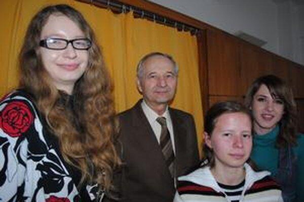 Druhí zo stredných škôl z dvoch krajov. Znalosti histórie preukázali študentky SPŠCHaP Janka Závadská (vľavo), Martina Danková a Mária Pavúková. Študentky pripravil dlhoročný pedagóg školy Andrej Sivčo (v strede).
