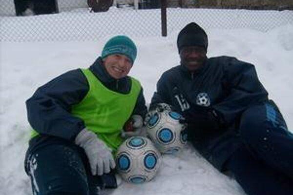 Teplomilní na snehu. Zľava Brazílčan Daniel Almeida Santos a Severin Drogba.