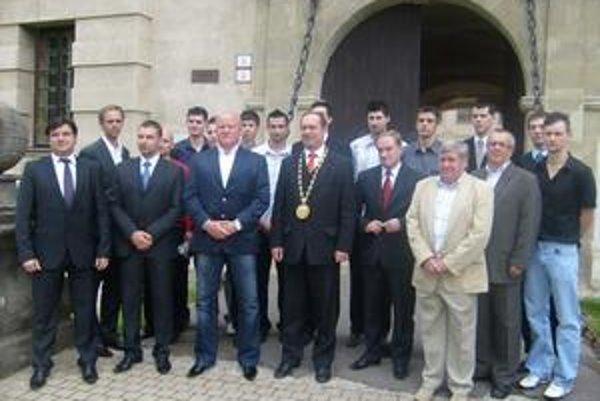 Pred kaštieľom. Chemesáci, zástupcovia generálneho sponzora i mesta Humenné pred humenským kaštieľom.