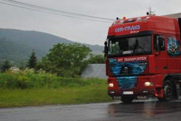 Jazdu tohto poľského kamionistu sme v utorok napoludnie sledovali od Medzilaboriec až do Zbudského Dlhého, kde sme ho odfotili. Vodič ani v jednej z obcí nedodržiaval povolenú rýchlosť. Bežne nimi prechádzal v 60-  až 70-kilometrovej rýchlosti. Ak sme pre