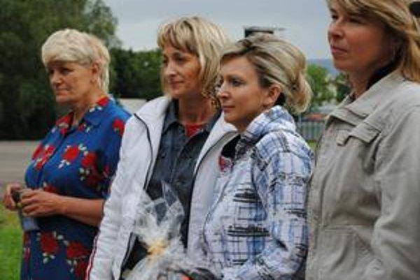 Porotcovia vyhlásili za najlepšiu šoférku Máriu Lukáčovú z Humenného (druhá sprava). Na druhom mieste bola Jaroslava Širáková z Brekova (prvá sprava) a na treťom Katarína Táslerová-Duchoňová z Humenného (druhá zľava). Porota ocenila aj Helenu Žákovú z Kar