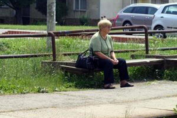 Miest je ako šafranu. Kto má šťastný deň, chytí miesto na lavičke.