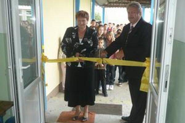 Slávnosť. Pásku pri dverách zrekonštruovanej telocvične slávnostne prestrihla starostka Ohradzian Valéria Melníková a Mgr. František Holodňák, riaditeľ ZŠ v Ohradzanoch.