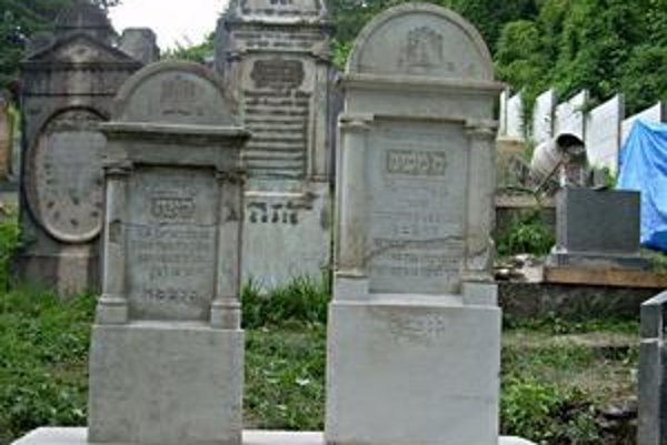 Zmena. Za posledné roky sa na židovskom cintoríne v Humennom zmenilo veľa vecí k lepšiemu. Na pravej strane na fotografii vidno plot, ktorý zabezpečuje pietnemu miestu ochranu pred vandalmi.