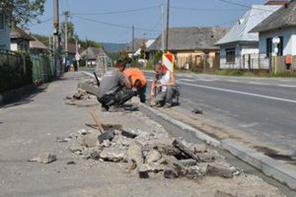 Rekonštrukcia v Hažíne. Chodník vedľa frekventovanej cesty 1/74 už potreboval výmenu obrubníkov. Zničil ich nielen čas, ale aj posypový materiál.