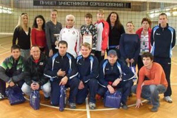 Humenskí volejbalisti s hráčkami Lokomotívy Moskva.