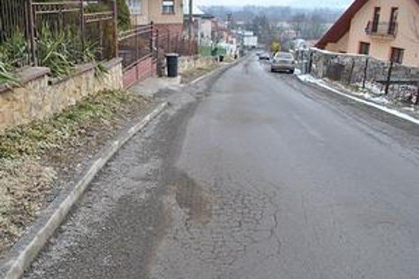 Východná časť Sadovej ulice. Po roku a pol od rekonštrukcie vozovky sa na asfaltovom koberci objavuje množstvo prasklín.