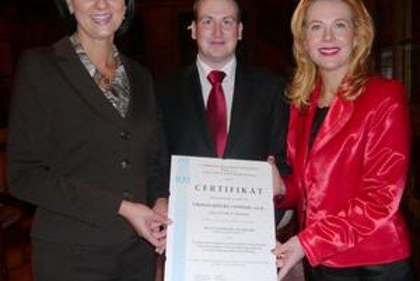 Ošetrovateľky - manažérky. Zuzana Fabiánová (vľavo) a Gabriela Hrisenková (vpravo) pri preberaní certifikátu kvality Ošetrovateľského centra.
