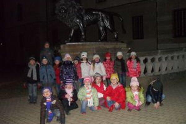 Nočné mesto. Malí škôlkari sa prešli po večernom Humennom. Prvý raz bez mamy a otca.