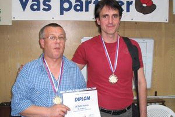 S trénerom Hroncom. Pri zisku historicky prvej medaily, striebra 2005/2006.