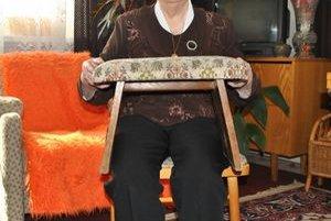 """""""A veruže si na ňom každý posedím!"""". Takto vraví pani Helenka o stolčeku svojho žiaka Paľka Ferjaka z Kochanoviec. Má ho na čestnom mieste v kuchyni."""