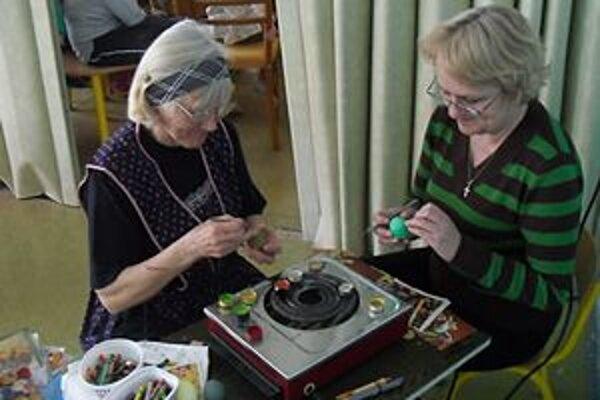 Bývalé panie učiteľky deťom predviedli rôzne techniky zdobenia vajíčok.