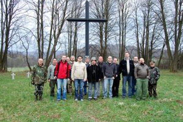 Partneri. Členovia klubov, ktorých spája snaha o dôstojné udržiavanie vojenských cintorínov.