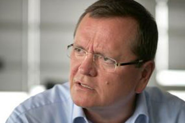 Miroslav Majoroš (52) vyštudoval elektrotechniku a informatiku na STÚ v Bratislave, neskôr absolvoval biznis kurzy na Harvarde a Stanforde. V roku 1993 viedol STV, neskôr sa stal šéfom IBM v SR a ČR. Slovak Telekom riadi od roku 2003.