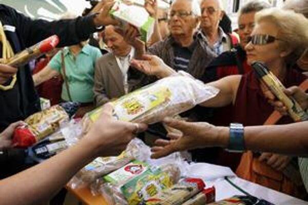 Rozdávaním cestovín reagovali pred vyše tromi rokmi v Taliansku spotrebiteľské organizácie na ich rastúce ceny. Na Slovensku vláda odôvodnila rozdávanie múky a cestovín sociálne slabším obyvateľom snahou pomôcť v čase rastu cien potravín.