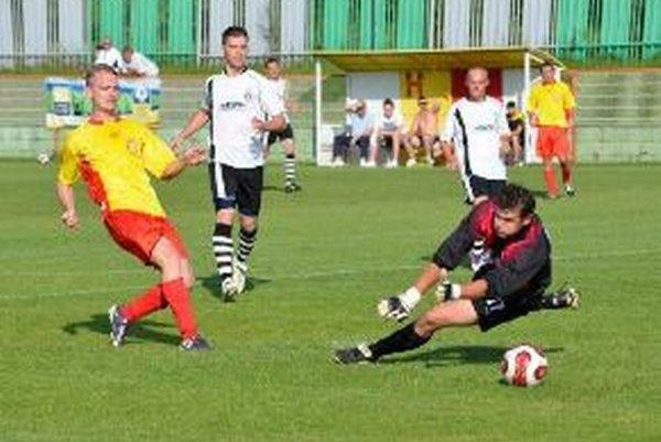 Michal Benčat dáva gól Lehoty pod Vtáčnikom.