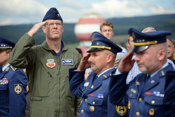 Účastníci pietnej spomienky na amerických pilotov zostrelených nad územím SR počas Slovenského národného povstania za účasti Chargé d'affaires USA Liama Wasleyho.