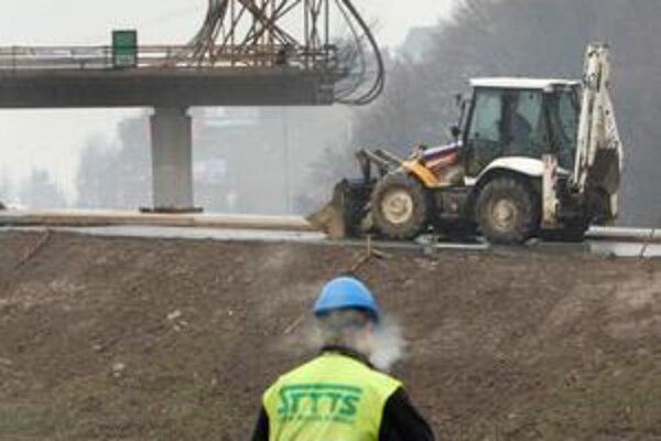 To, či výstavbu diaľnic zaplatia aj dôchodky, je stále nejasné.