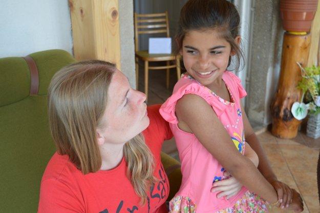Cécile Poirier je majiteľkou jazykovej školy v Bratislave a hovorí po slovensky. Deti s ňou v prestávkach medzi aktivitami vyjednávali predĺženie tábora. Nechceli sa rozísť.