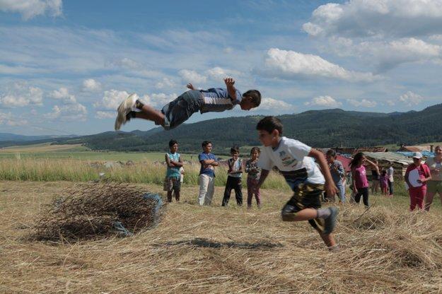 Fyzicky zdatné deti z osady predvádzali svoje akrobatické čísla.