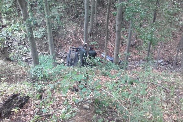 Príčinu pádu vozidla do rokliny vyšetrujú.